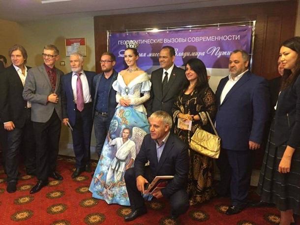 Обсирач 15: у Росії продовжують ліпити Путіна на все, що можна – тепер на сукню