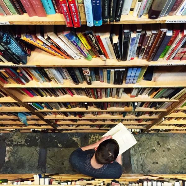 книжкова полиця перспектива