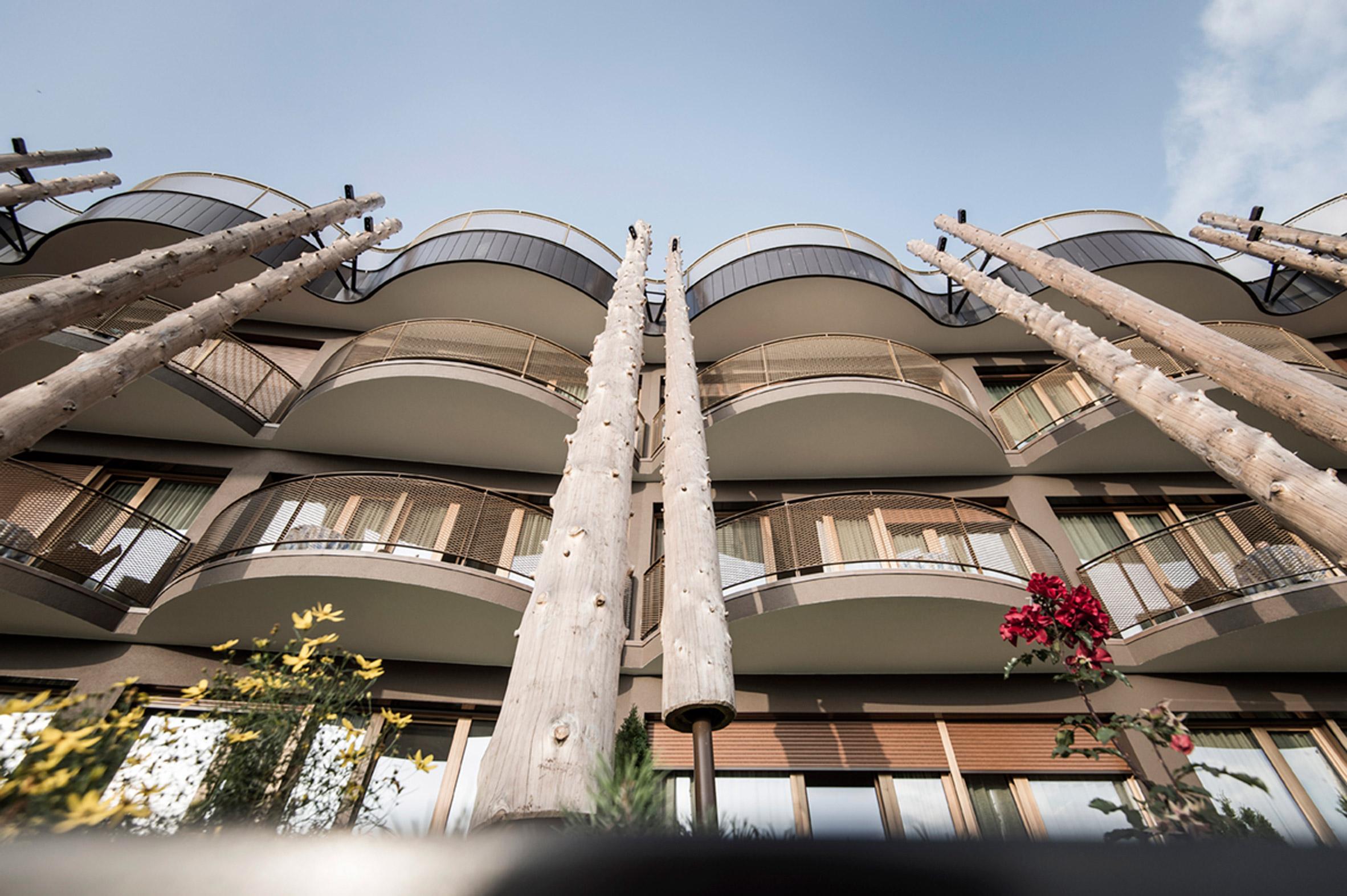cantilevered-sky-pool-noa-hotel-hubertus-dolomites-italian-alps_dezeen_2364_col_17