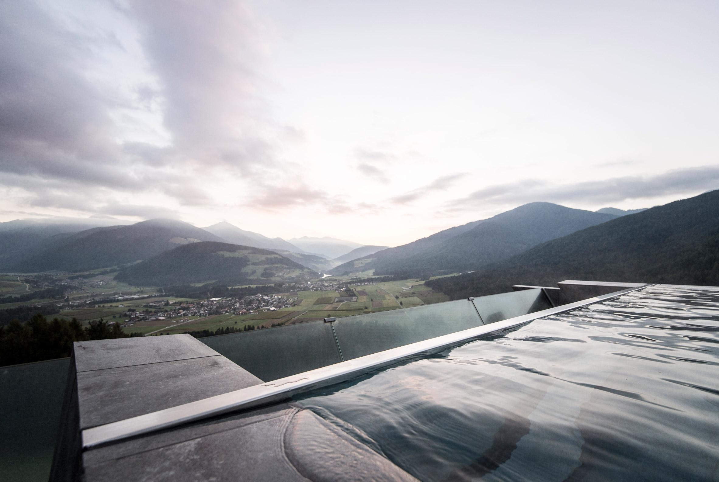 cantilevered-sky-pool-noa-hotel-hubertus-dolomites-italian-alps_dezeen_2364_col_4
