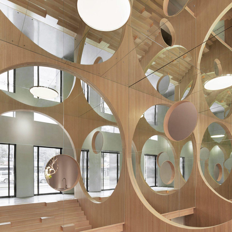 Інтер'єр із дерев'яною дзеркальною безконечністю у Пекіні