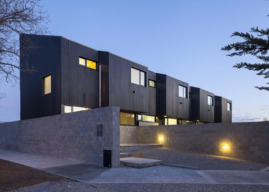 calle-rivadavia-galvez-autunno-arquitectos-residential-architecture-corrugated-metal-santa-cruz-argentina_dezeen_936_3