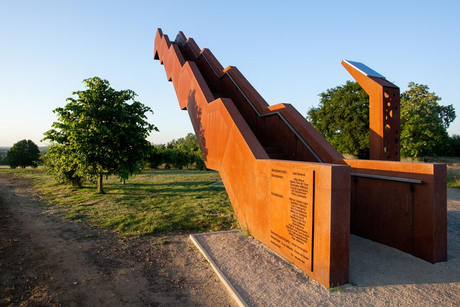 Серед поля залізні сходи в небо – монумент від студії Close to Bone