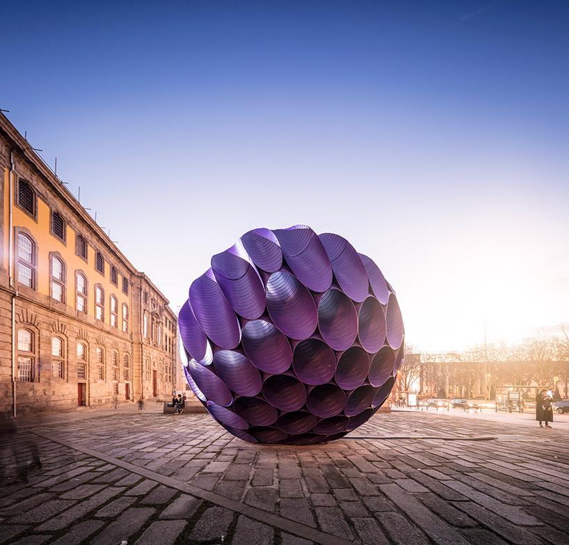 Незвичайна фіолетова інсталяція в центрі Порто