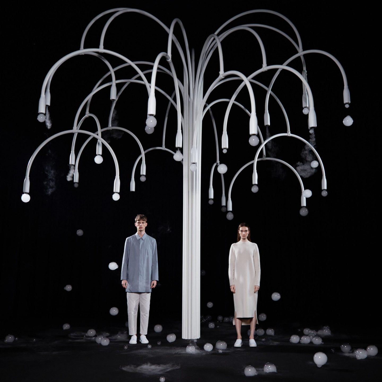 """Надзвичайна інсталяція: дерево, що """"цвіте"""" бульбашками з димом (Відео)"""