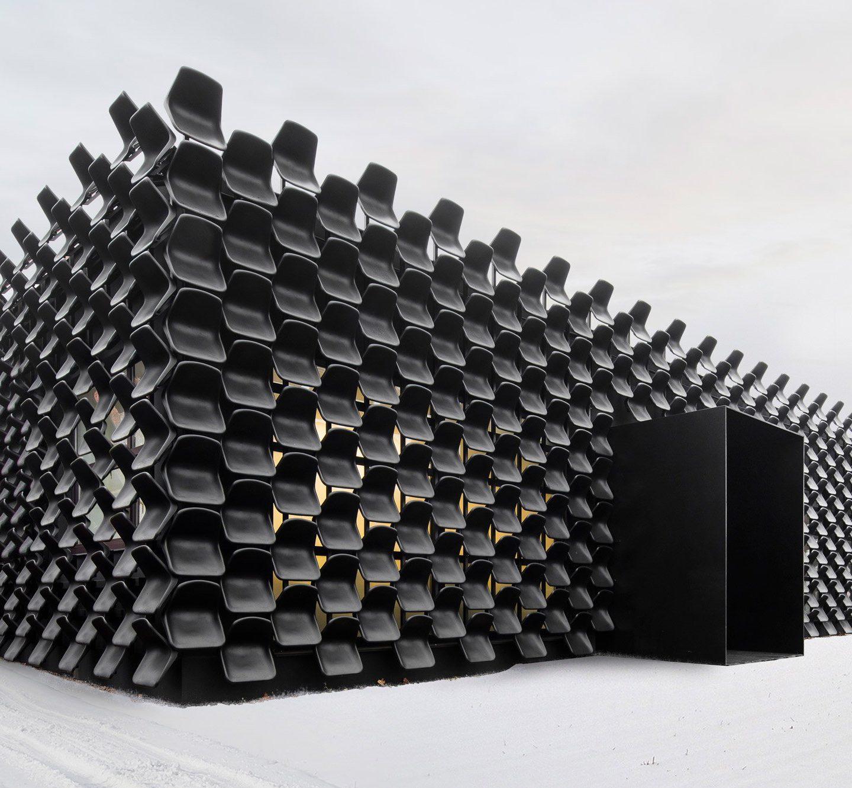 Чехи вигадали дизайн меблевого салону із … 900 б/у стільців!