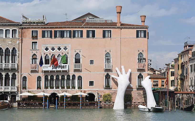 Гігантські руки на честь Бієнале у Венеції – від Лоренцо Куїнна