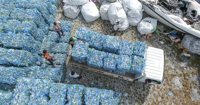 Треш-дизайн: одяг із виловленого з води пластика від Stella McCartney