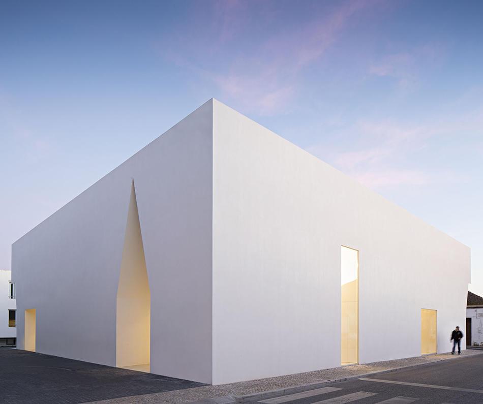 Архі-мінімалізм: білий будинок для мітингів у Португалії