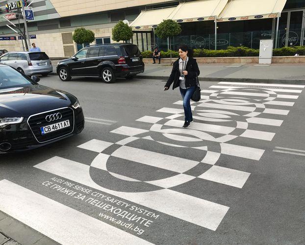 Як у Болгарії за допомогою дизайну на тротуарах розповідають про Audi (Фото)