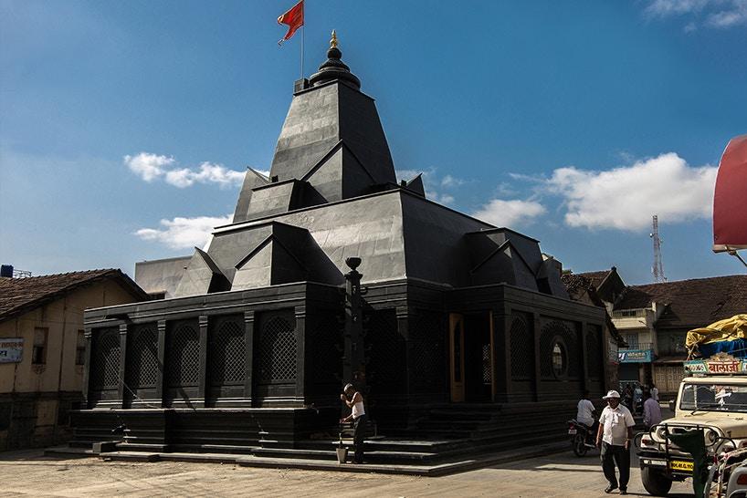 Такого ви ще не бачили: чорний-чорний храм у Індії
