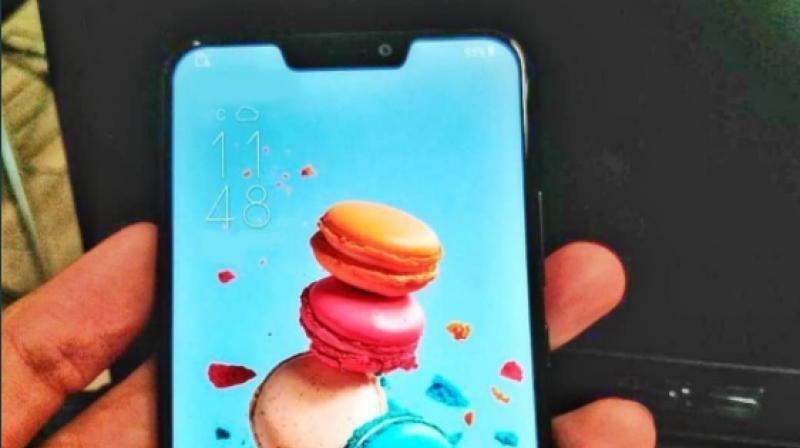 """Навіть поганий дизайн iPhone X копіюють: Asus випустить телефон з """"вушками""""? (ФОТО)"""