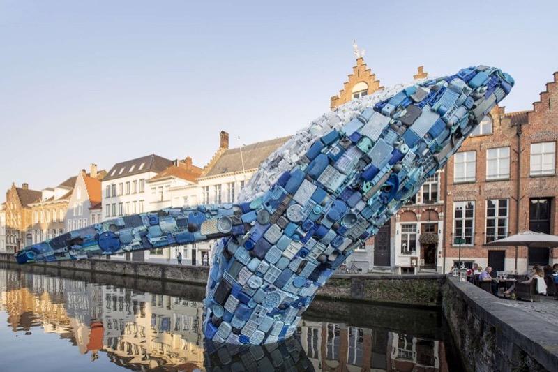 У Брюгге створили кита із 5 тонн пластикових відходів (ФОТО)