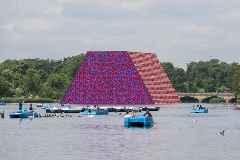 """На озері у Лондоні звели дуже """"кислотну"""" скульптуру із 7,506 бочок (ФОТО)"""