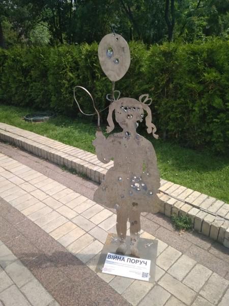 Вражаючий дизайн про війну на Сході України – у центрі Києва (ФОТО)