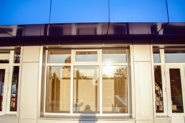 Чудо української архітектури: У Миколаєві на стадіоні встановили… прозорий туалет (ФОТО)