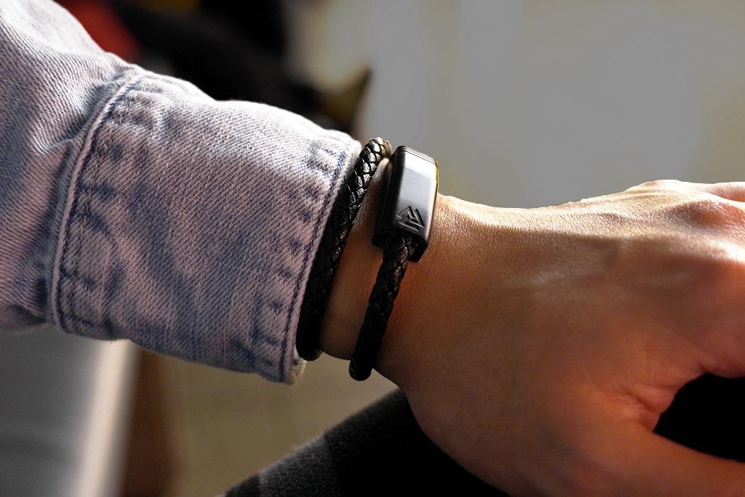 Як зробити зарядний кабель красивим, а браслет корисним – лише за $8 (ФОТО)