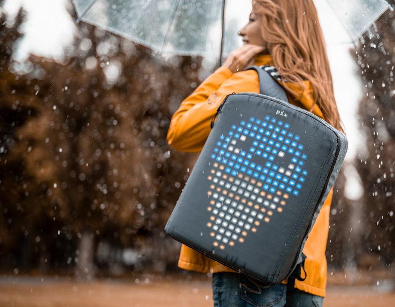 Піксельна анімація за спиною: українці створили рюкзак із унікальним дизайном (ФОТО, ВІДЕО)