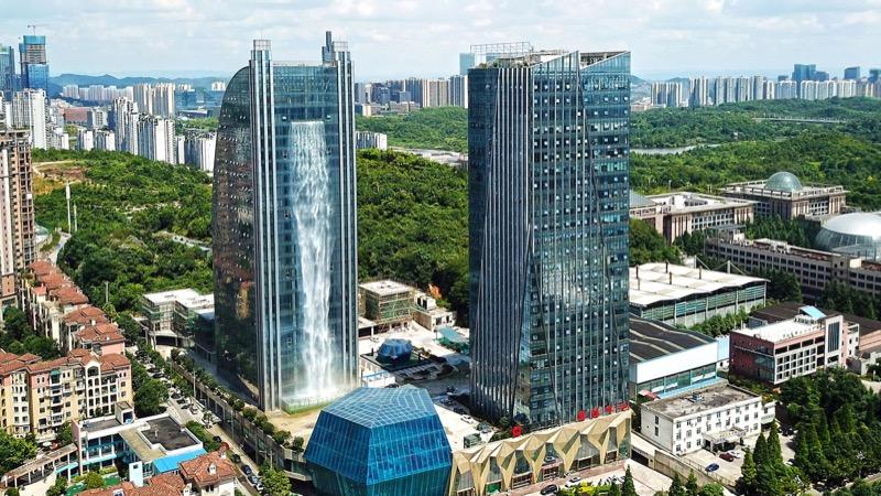 Ого-го! У Китаї побудували хмарочос зі 108-метровим водоспадом (ВІДЕО)