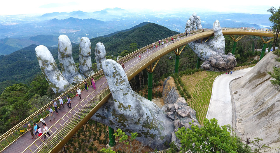Руки ціною $2 млрд: неймовірний міст у В'єтнамі (ФОТО)