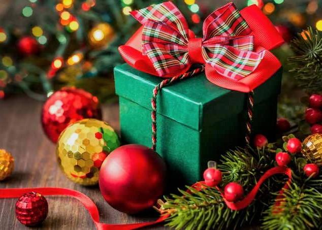 Подарок девушке на Новый Год: идеи на любой вкус