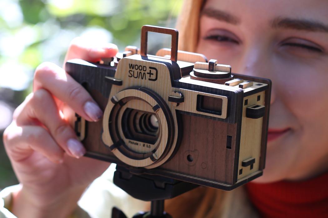 Жесть: олдскульний фотоапарат із дерева! (ВІДЕО)