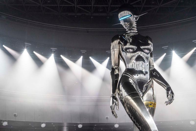 """Гігантська скульптура робота – """"ідеалізованої жінки"""" для Dior (ФОТО)"""