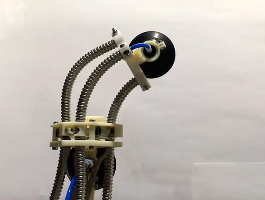Оманливо простий дизайн: робот виготовлений із 3 шлангів для душа і 2 присосок (ФОТО)